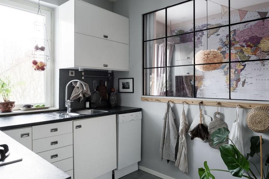 интерьер кухни с окном