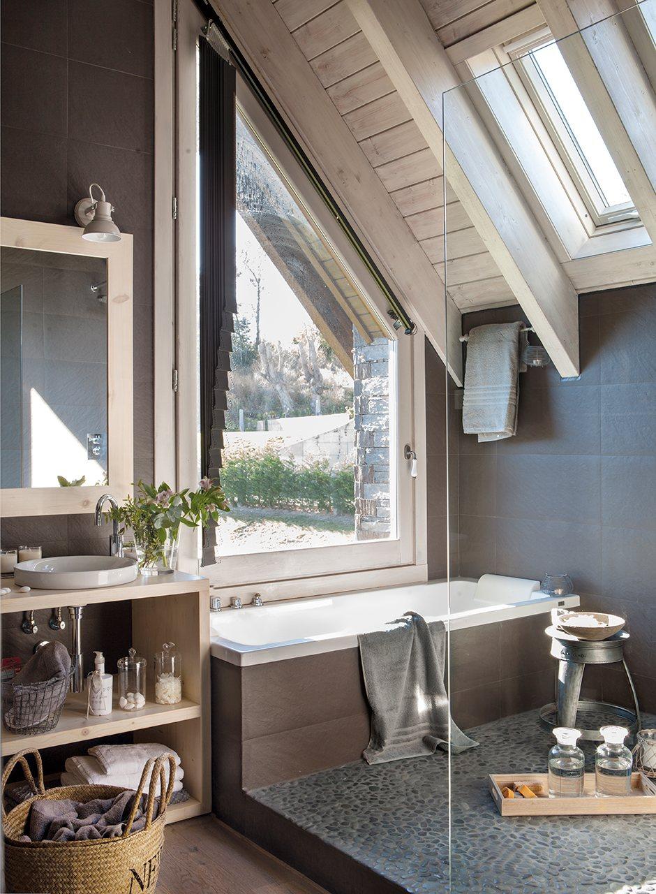 Ванная на мансарде с окном
