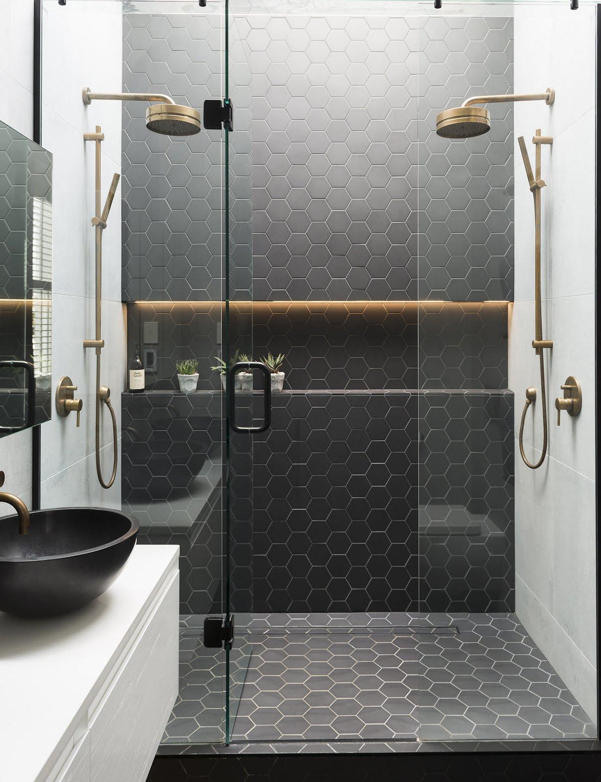 ванная с двумя душевыми
