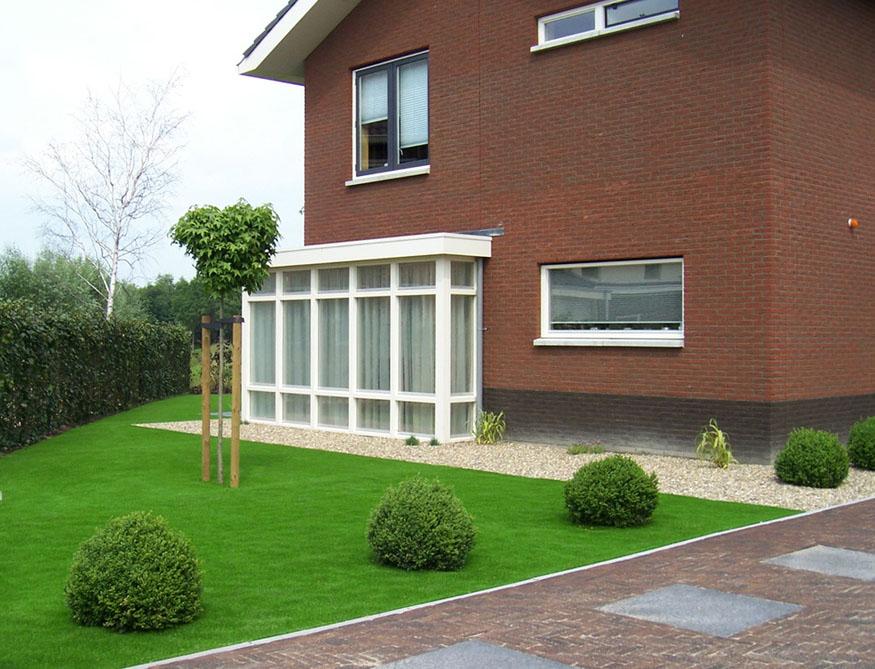 зеленый газон на даче
