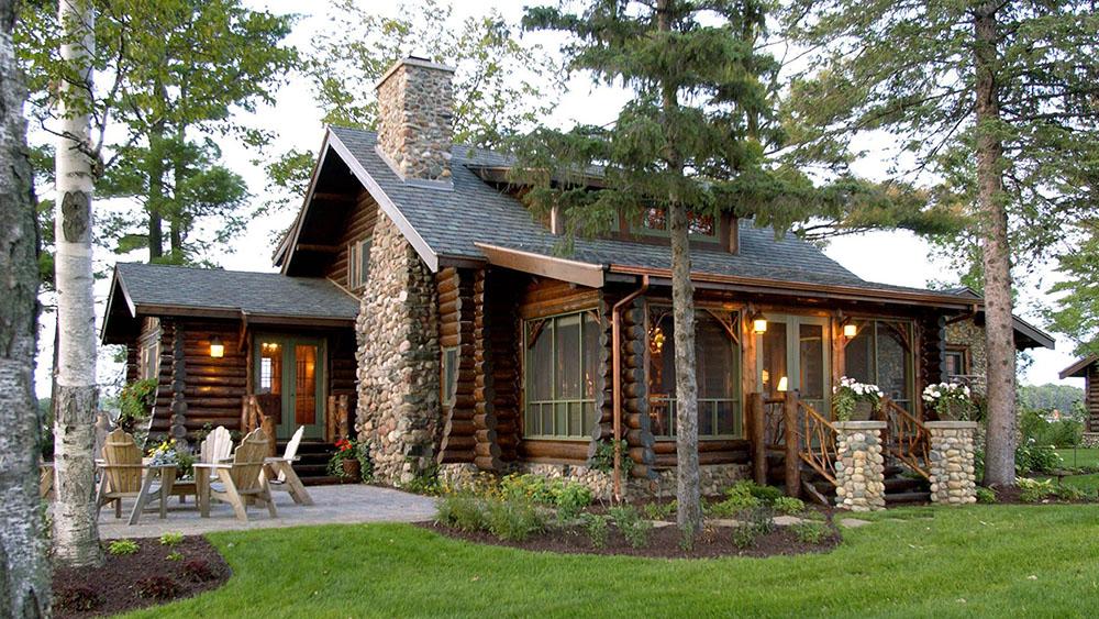 Красивый деревянный дом у озера