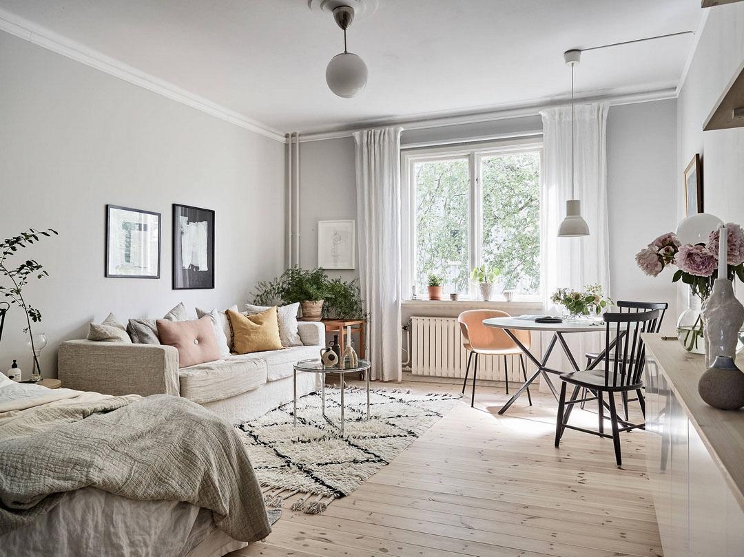 Скандинавская однокомнатная квартира с маленькой кухней
