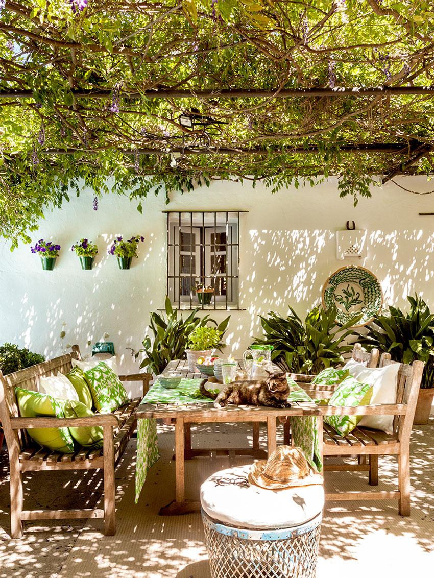 стол в саду