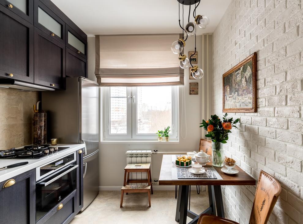 Дизайн кухни с окном в по центру