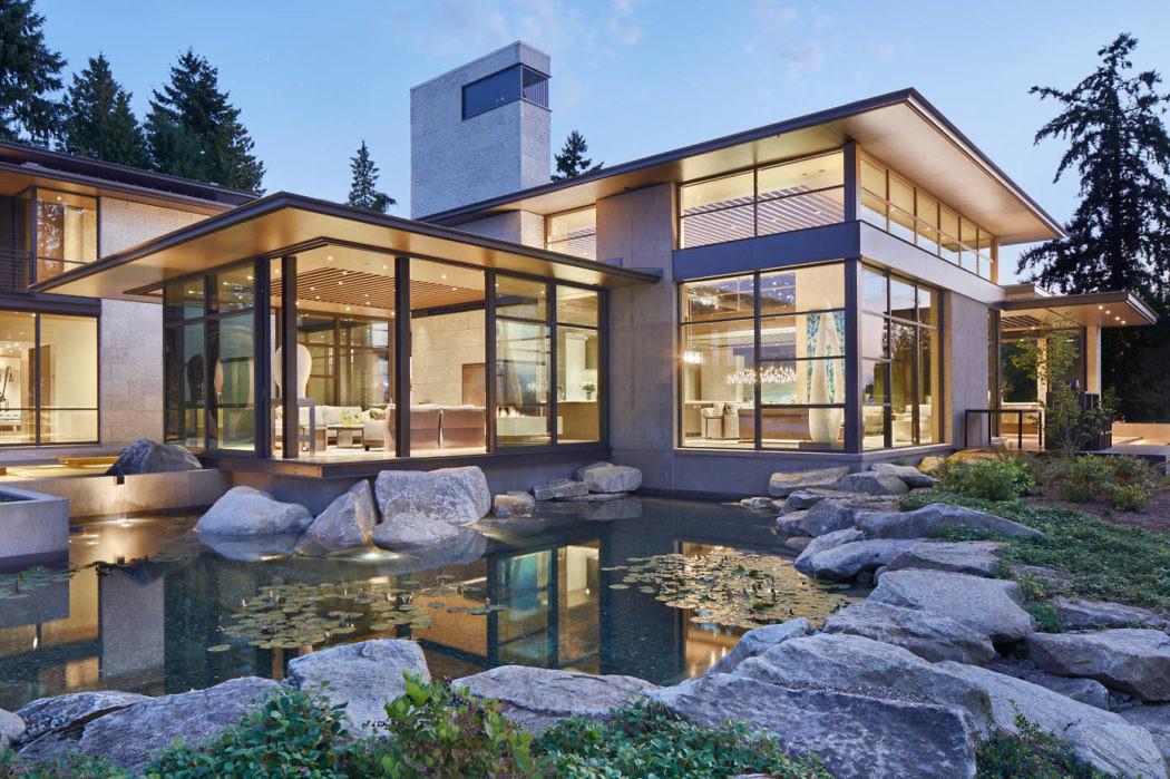 Двухэтажный современный дом из бетона, дерева и камня