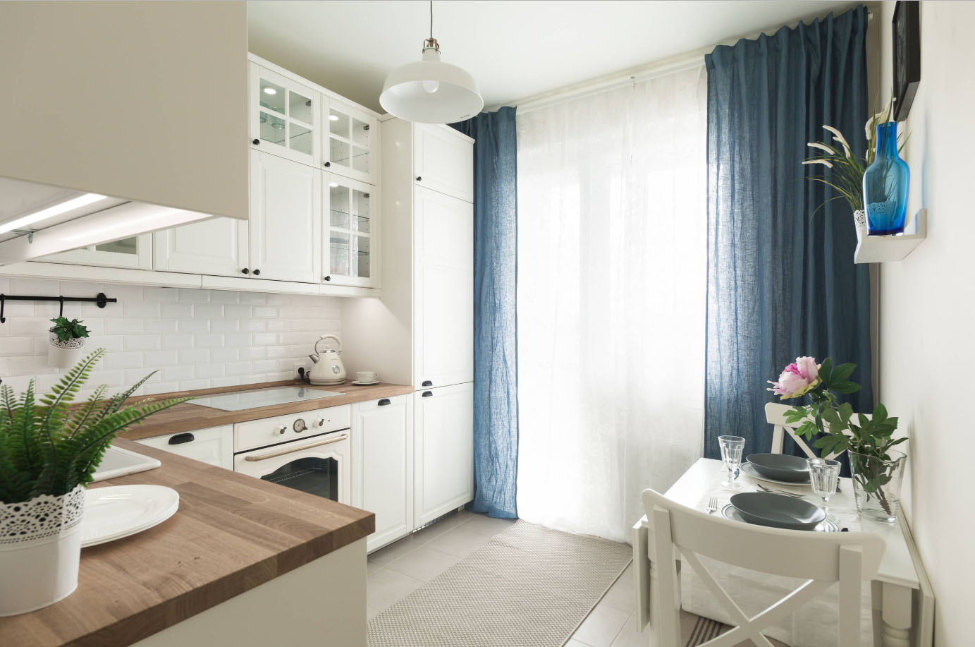 Классическая кухня с окном
