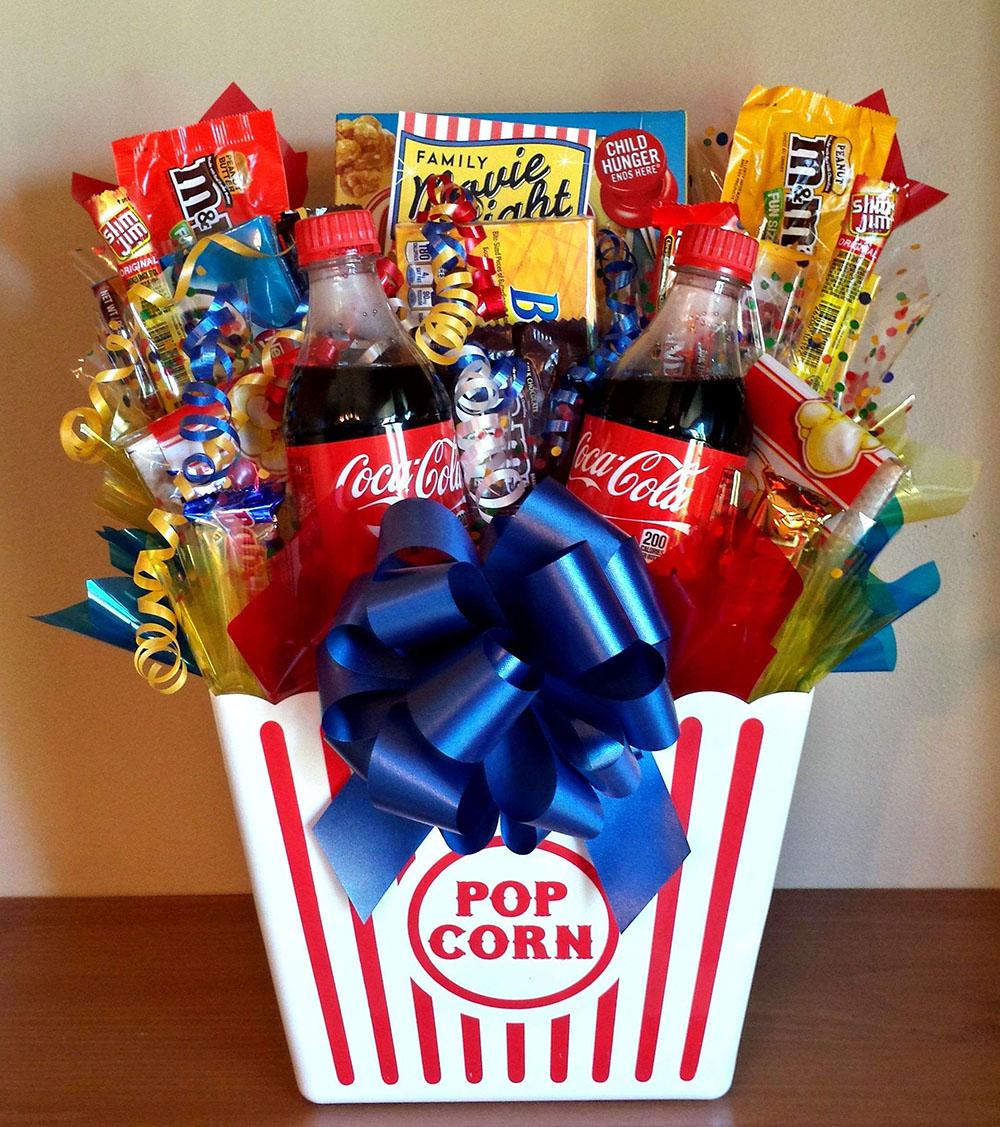Как оформить корзину с конфетами