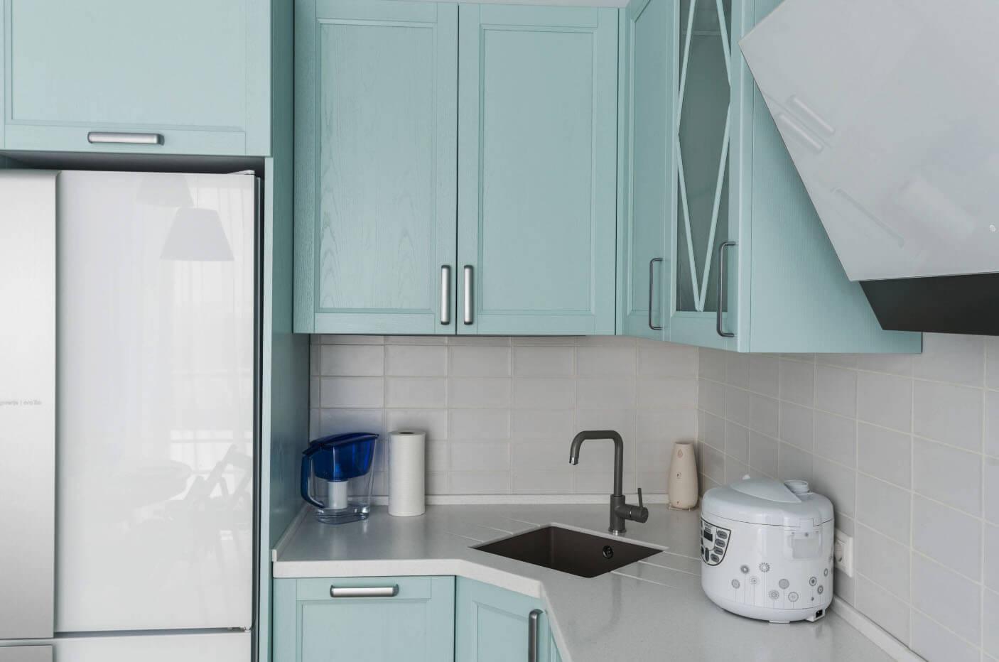 Угловые кухни в хрущевке с холодильником