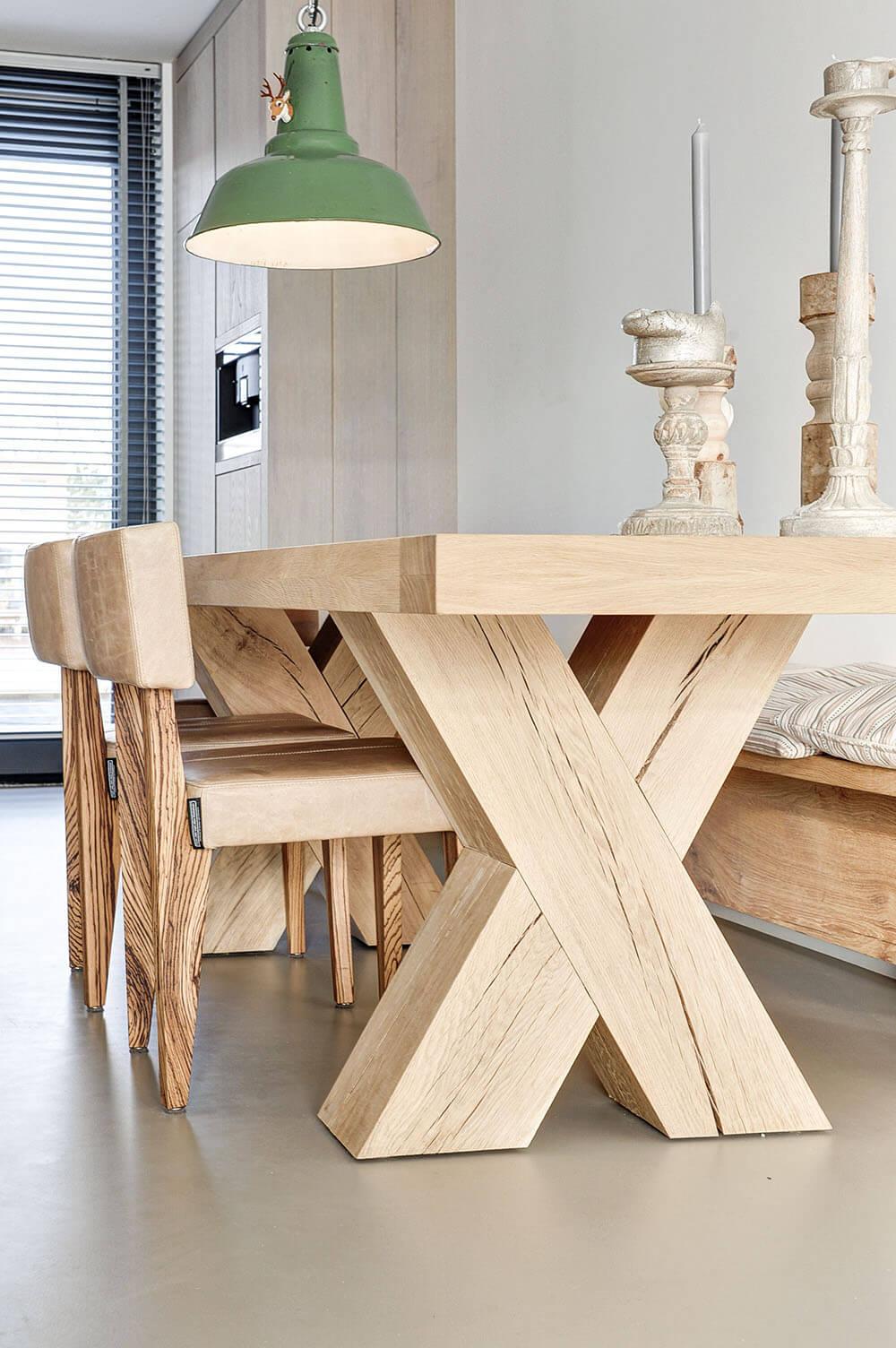 дерев'янний стіл на кухні