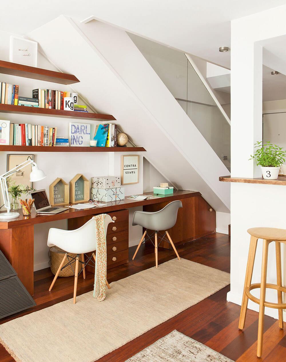 офіс під сходами