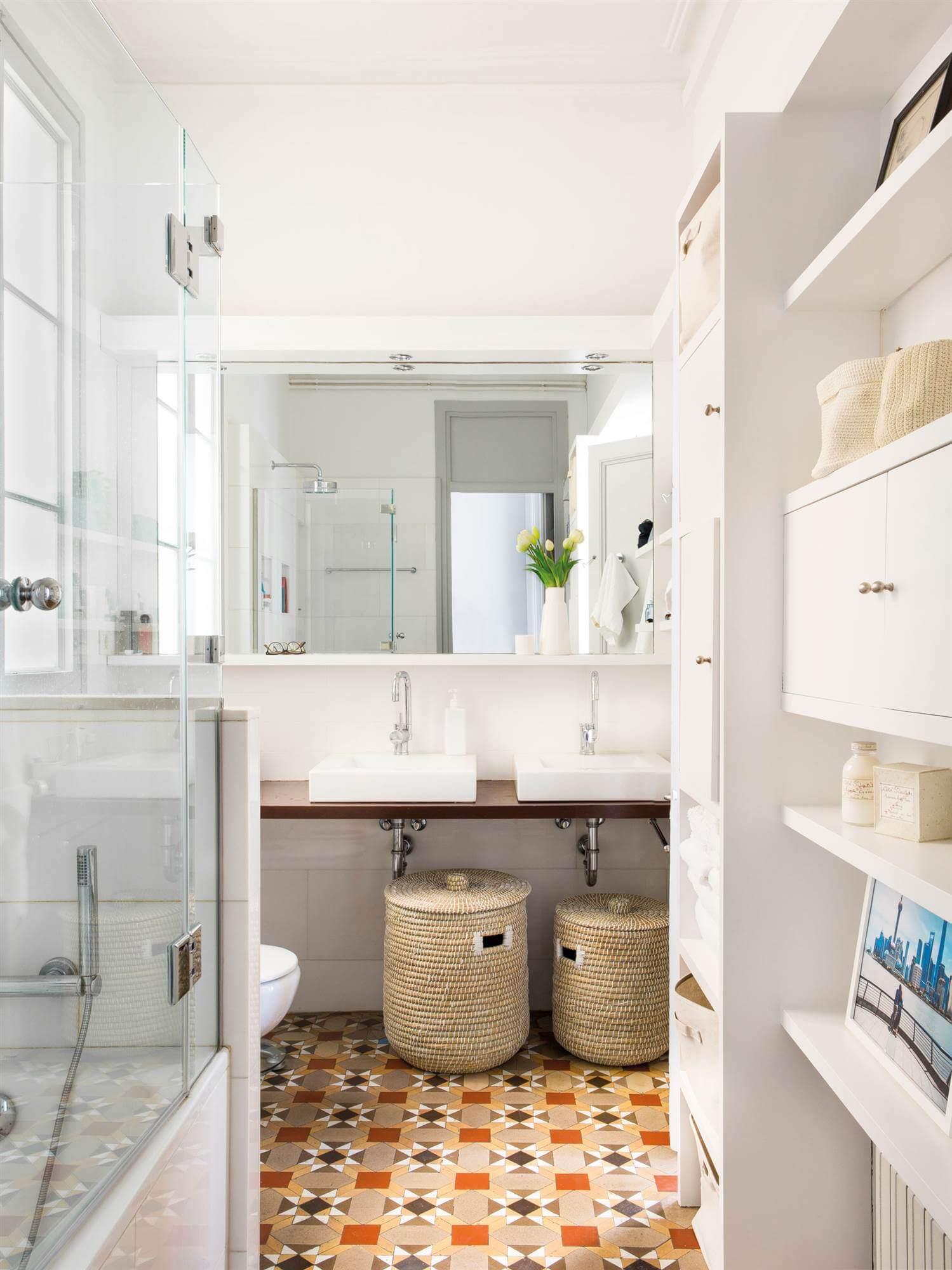 Плетенные корзины в ванной