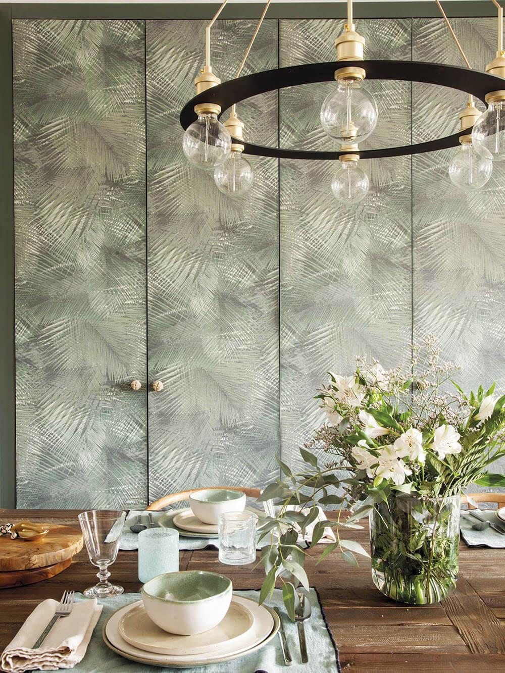 Интерьер с пальмовыми листьями