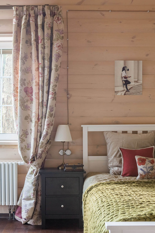 Спальня в бревенчатом доме