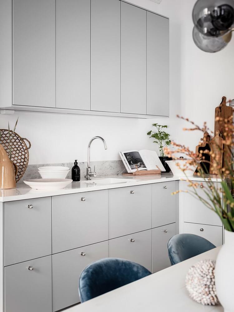 Простой дизайн светлой кухни
