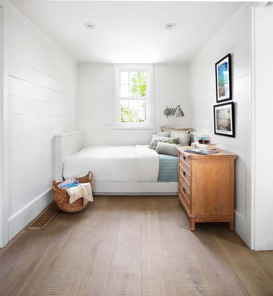 Узкая вытянутая спальня