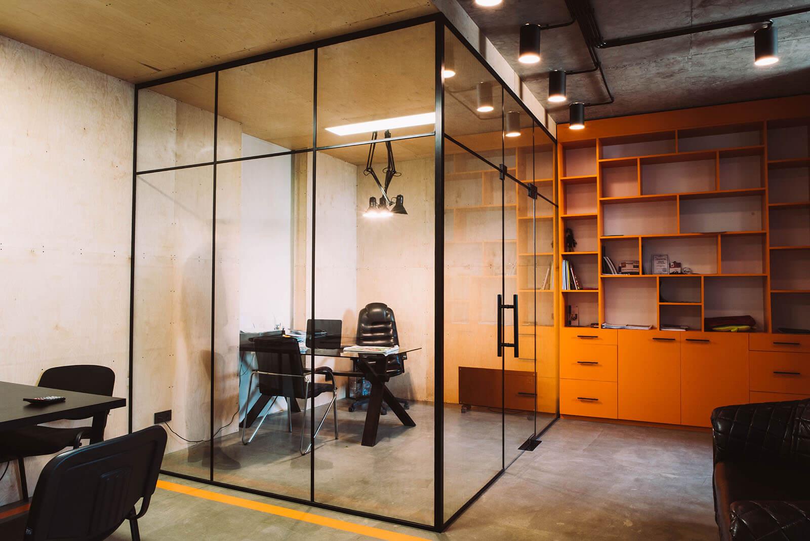 стеклянная перегородка для зонирования комнаты