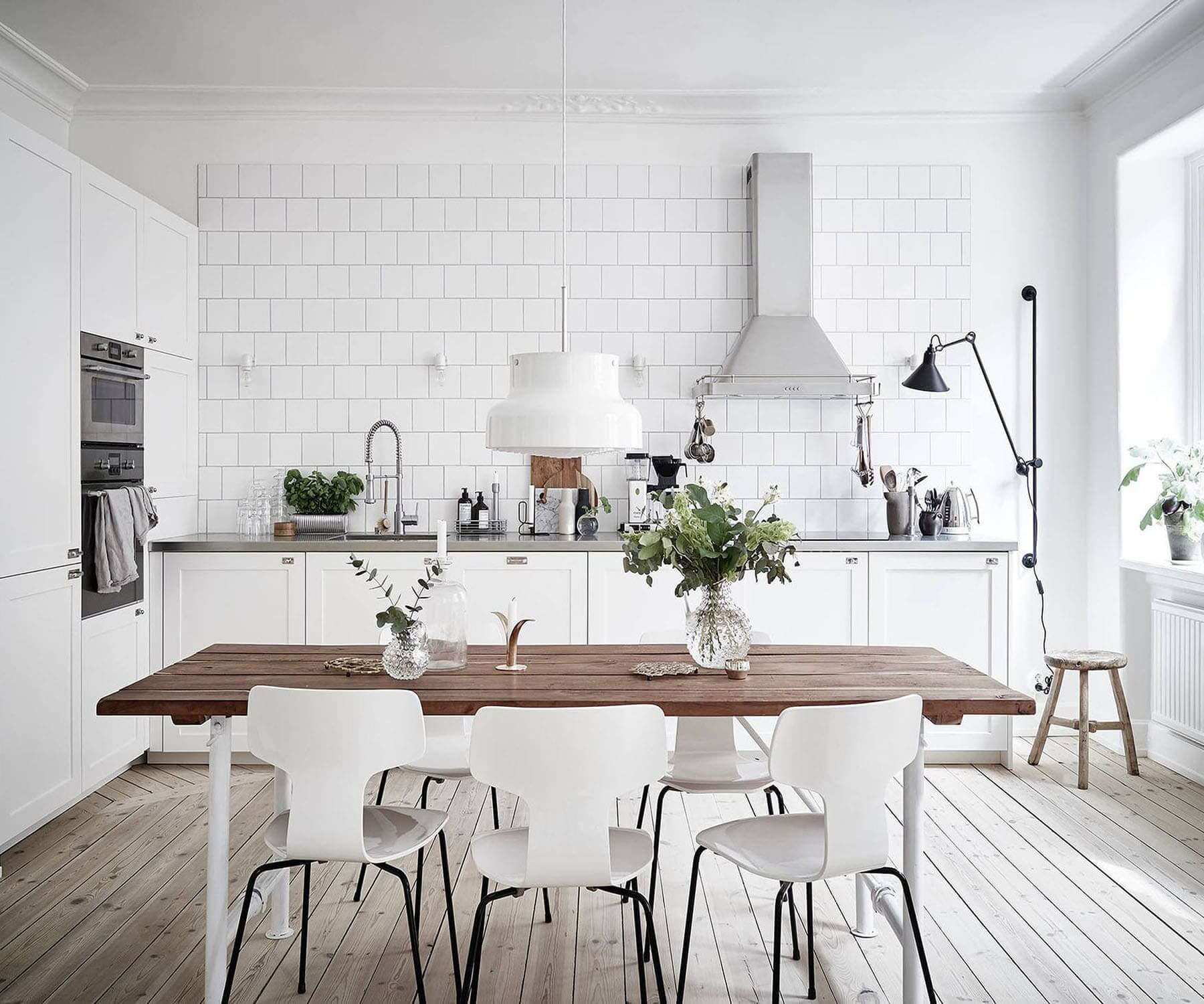 Дизайн кухни столовой в белых тонах