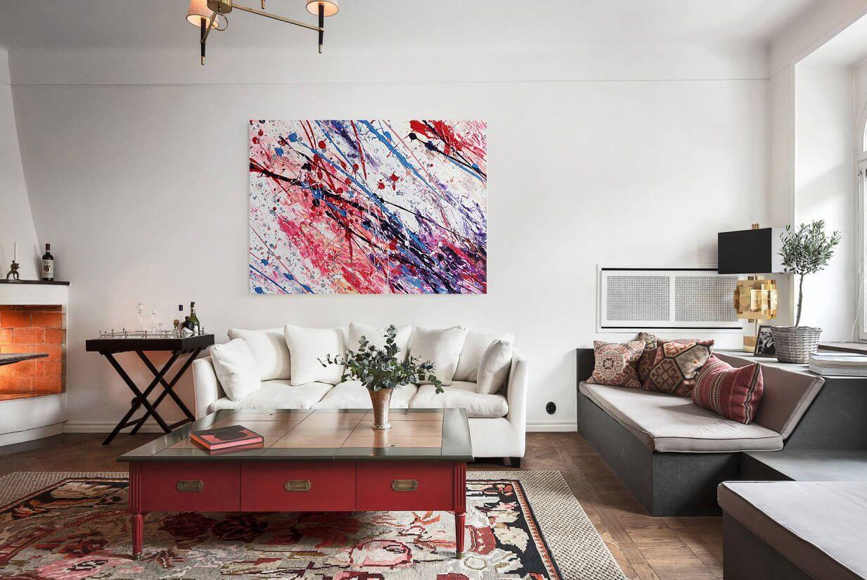 Красивый дизайн комнаты с использованием картин