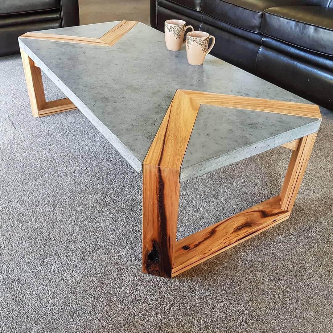 Стол из дерева и бетона