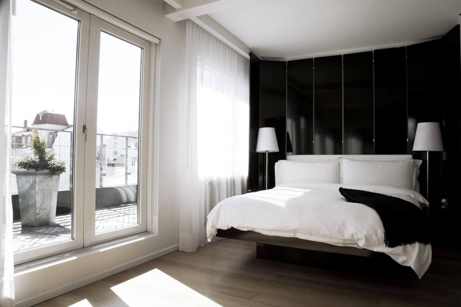 маленькая спальня с выходом на балкон