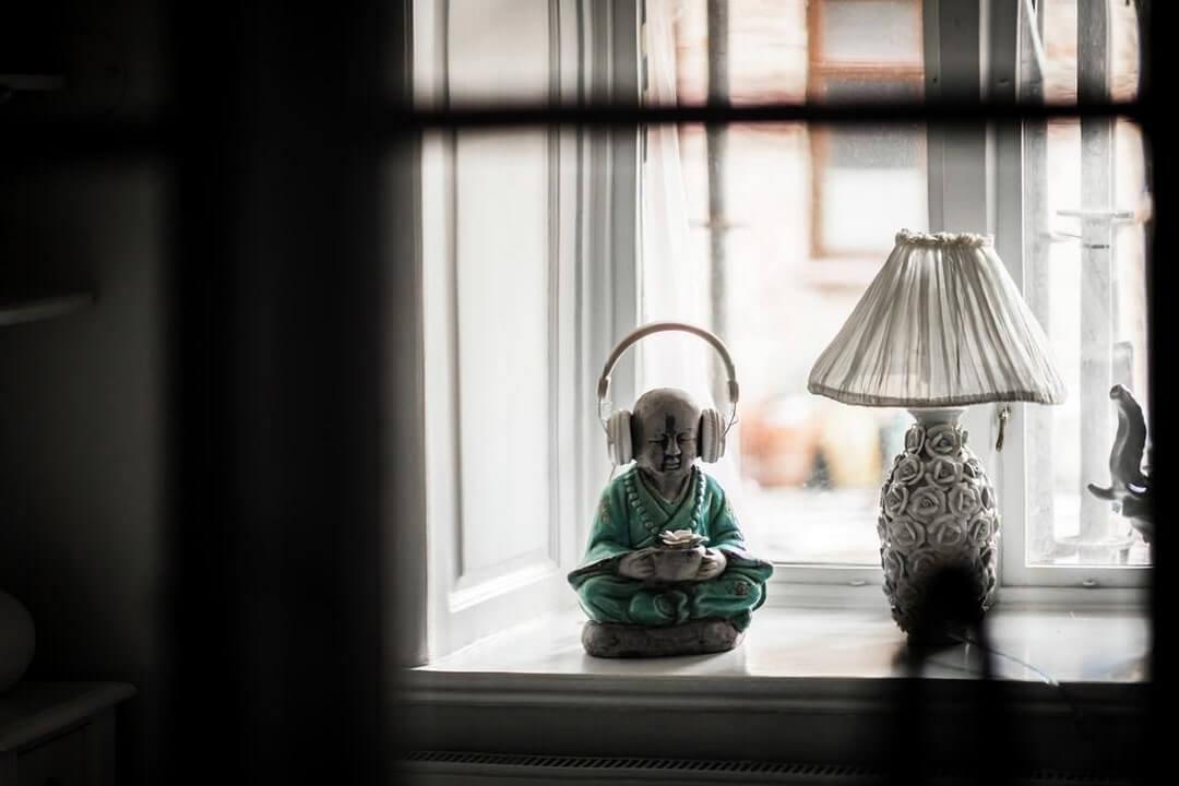Будда с наушниками