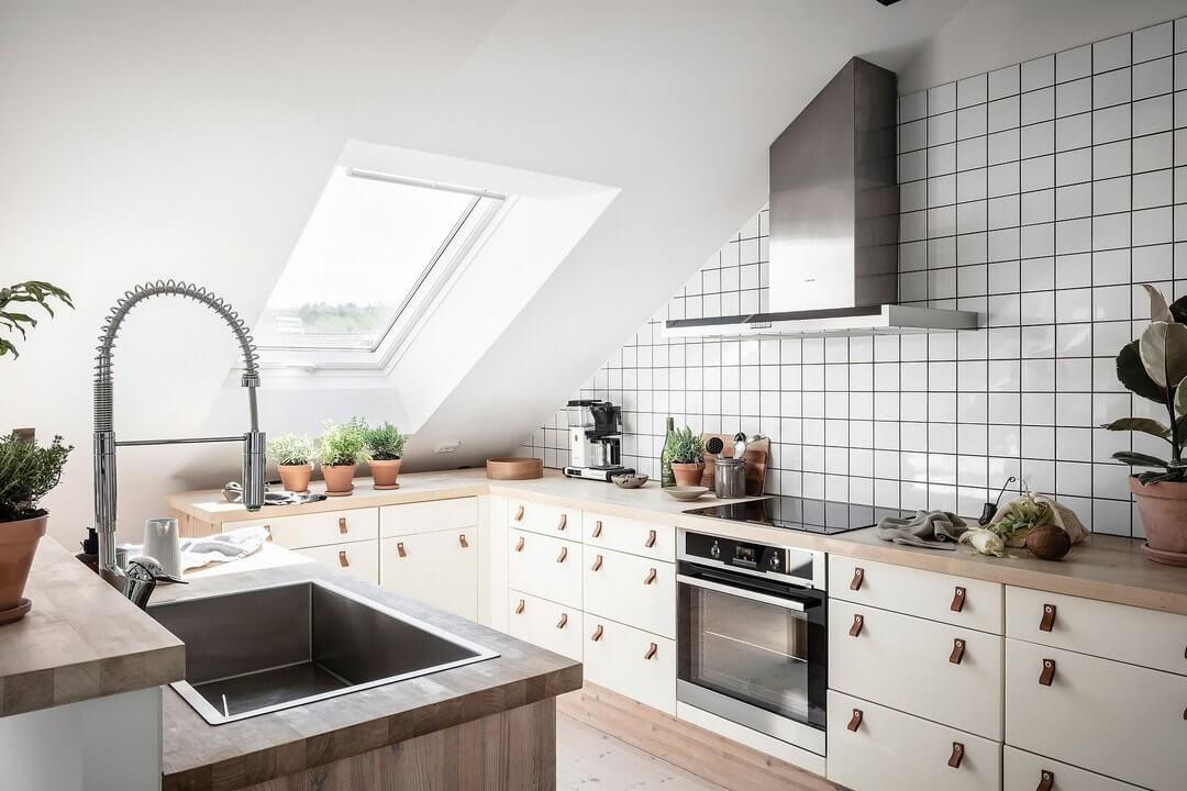кухня гостиная на мансарде