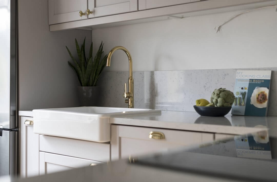 золотистый кран на кухне