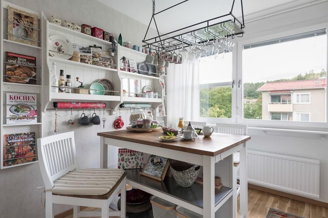 дизайн белой кухни с яркими акцентами