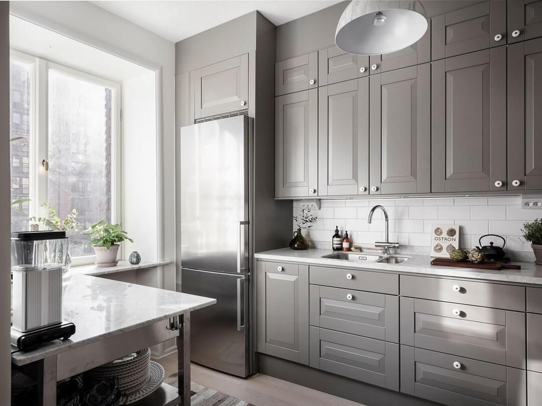 дизайн кухни в доме с окном