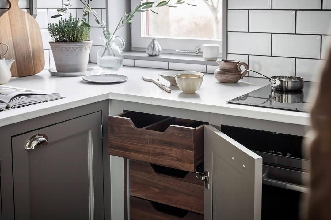 дизайн маленькой кухни с холодильником